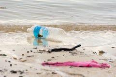 lixo plástico do lixo na caminhada da baía que polui o oceano e o en foto de stock