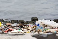 lixo plástico do lixo na caminhada da baía que polui o oceano e o en fotografia de stock