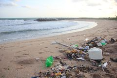 Lixo plástico, espuma, e desperdício sujo na praia no dia de verão imagens de stock royalty free