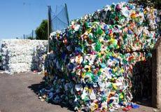 Lixo plástico forçado em carvões amassados para a transformação mais ulterior imagem de stock royalty free