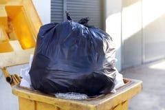 Lixo preto do saco plástico do desperdício no escaninho, no desperdício da descarga, do plástico, na pilha da garrafa plástica do imagem de stock royalty free