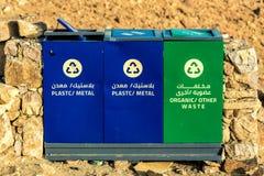 Lixo que classifica, latas de lixo para tipos diferentes de lixo fotografia de stock