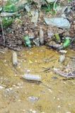 Lixo que polui nossas águas foto de stock