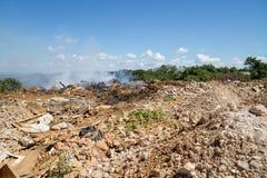 Lixo que queima-se em uma descarga da cidade imagens de stock royalty free