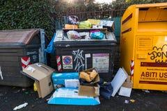 Lixo que transborda dos escaninhos de lixo em ruas de Roma Itália foto de stock