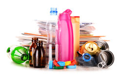 Lixo reciclável que consiste no vidro, no plástico, no metal e no papel imagens de stock