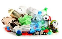 Lixo reciclável que consiste no vidro, no plástico, no metal e no papel foto de stock