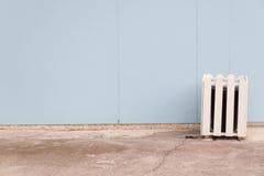 Lixo velho da tampa na parede azul Imagem de Stock Royalty Free
