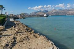 Lixouri, Kefalonia, Griechenland - 25. Mai 2015: Erstaunlicher Meerblick mit Hafen von Lixouri-Stadt, Kefalonia, Griechenland Lizenzfreie Stockbilder