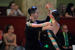 Liya Kazbekova и Ayan Zhumatayev - бальные танцы стоковое фото rf