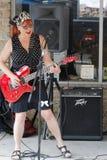 Liz Mandeville joga nas ruas de Clarksdale durante o festival dos azuis de Clarksdale da caravana fotos de stock