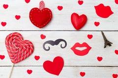 Lizak w formie kierowych i czerwonych serc na bielu drewnianym Obraz Royalty Free
