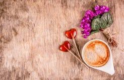 lizak w kształcie serca Filiżanka kawy, wiosna kwiaty i lizaki, Delikatni fiołki na drewnianej desce zdjęcie stock