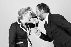 Lizak w niebezpieczeństwie dwa kierownika walczy dla jeden cukierku na popielatym tle obraz royalty free
