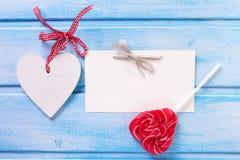 Lizaka serce, dekoracyjny biały serce i opróżnia etykietkę na błękitnym p Zdjęcie Royalty Free