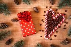 Lizaka skład z kawowymi fasolami, nowy rok choinka, rożki, prezent w pakunku i rożki na drewnianym tła te/, zdjęcie royalty free