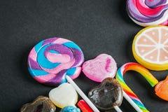 Lizaki i inni cukierki, cukierki na czerni zdjęcie royalty free