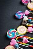 Lizaki i inni cukierki, cukierki na czerni obraz royalty free