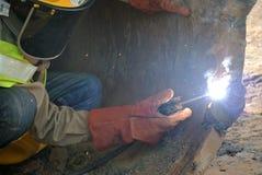 Lizenzschweißerschweißung bohren Stapelbohrer an der Baustelle stockbilder