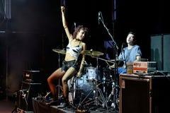 Lizzies żeńskiego hard rock muzyczny zespół wykonuje w koncercie przy ściąganie ciężkiego metalu festiwalem muzyki Fotografia Royalty Free