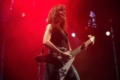 Lizzies żeńskiego hard rock muzyczny zespół wykonuje w koncercie przy ściąganie ciężkiego metalu festiwalem muzyki zdjęcia royalty free