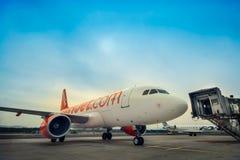 LJUBLJANA - 20. APRIL: Easyjets Flugzeug, das zum passange mit einem Taxi fährt Stockfotos