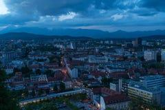 Ljubljana, de hoofdstad van Slovenië, die van het Kasteel van Ljubljana wordt bekeken Bij blauw uur royalty-vrije stock fotografie