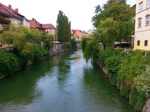 LJUBLJANA, ESLOVÊNIA - EM JULHO DE 2014: Ljubljana - Eslovênia - centro de cidade, vista no rio fotos de stock royalty free