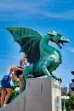 Ljubljana, Eslovênia que levanta para a foto em Dragon Statue de bronze, fotografia de stock