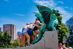 Ljubljana, Eslovênia que levanta para a foto em Dragon Statue de bronze, imagens de stock