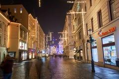 LJUBLJANA, ESLOVENIA - 21 DE DICIEMBRE DE 2017: Noche de Advent December con la iluminación de la decoración de la Navidad en cen Fotos de archivo
