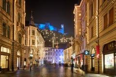LJUBLJANA, ESLOVENIA - 21 DE DICIEMBRE DE 2017: Noche de Advent December con la iluminación de la decoración de la Navidad en cen Foto de archivo