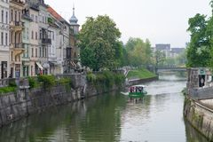 LJUBLJANA, ESLOVENIA - 23 DE MAYO DE 2019: Calle hermosa en la ciudad vieja Eslovenia de Ljubljana Con el r?o Ljubljanica y el ba fotos de archivo libres de regalías