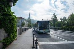 LJUBLJANA, ESLOVENIA - 23 DE MAYO DE 2019: compa??a del transporte de Ljubljana LPP del transporte p?blico del autob?s representa foto de archivo