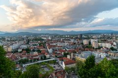 24 5 Ljubljana 2019 Eslovenia: Ljubljana, la capital de Eslovenia, vista del castillo de Ljubljana En la puesta del sol imagenes de archivo