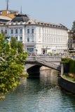 Ljubljana, Eslovenia Río de Ljubljanica Edificio blanco Foto de archivo