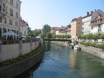 Ljubljana - flod passerande Royaltyfri Bild