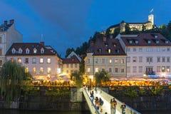 Ljubljana gammal stad med restauranger och stänger arkivfoto