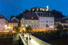 Ljubljana gammal stad med slotten i aftonen royaltyfri fotografi