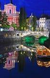 Ljubljana nattsikt med den trefaldiga bron Arkivfoto