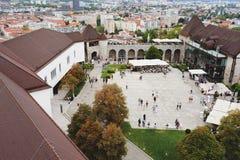 Ljubljana Slovenië - 15 Augustus, 2017: Mening van het vierkant binnen het kasteel Stock Foto