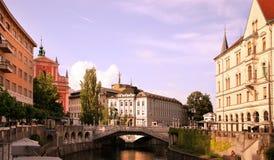 LJUBLJANA, SLOVENIË - CIRCA JULI 2014, Kerk en rivier Ljubljan Royalty-vrije Stock Foto