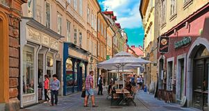 LJUBLJANA, SLOVENIË - JUNI 28, 2014: Straat in de oude stadscent Royalty-vrije Stock Foto's