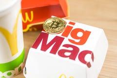Ljubljana Slovenien - December 27, 2018: Stora Mac Box med den Mcdonald logoen p? tabellen i den Mcdonald restaurangen med Bitcoi arkivbilder