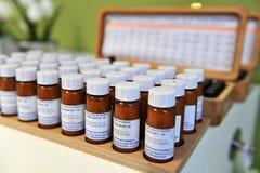 Ljubljana Slovenien (Europa) 13 Feburary 2012 Homeopatiska droger i små flaskor Fotografering för Bildbyråer