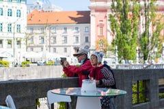 Ljubljana Slovenien 7 5 2019 höga par som tar bilden av själva utomhus-, turister royaltyfri bild