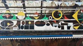 Ljubljana Slovenien - 07/19/2015 - konstobjekt i Metelkova, konstnärligt område med kulöra byggnader, graffitti, skulpturer och arkivbilder