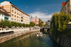 Ljubljana Slovenien - September, 8 2018: En härlig sikt på floden Ljubljanica, Franciscan kyrka av förklaringen, Cankarjevo fotografering för bildbyråer