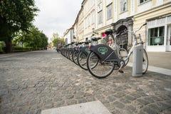 Ljubljana, Slowenien 7 5 2019: Allgemeine Mietfahrradsystemstation Bicikelj in der Hauptstadt von Slowenien Parkfahrräder herein stockbild