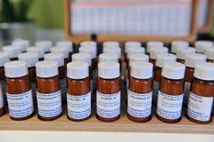 Ljubljana, Slowenien (Europa) 13 Feburary 2012 Homöopathische Drogen in den kleinen Flaschen Lizenzfreies Stockbild